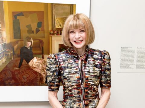 Anna Wintour DBE es una escritora, periodista y directiva británica que ejerce como editora jefa de la edición estadounidense de la revista Vogue desde 1988