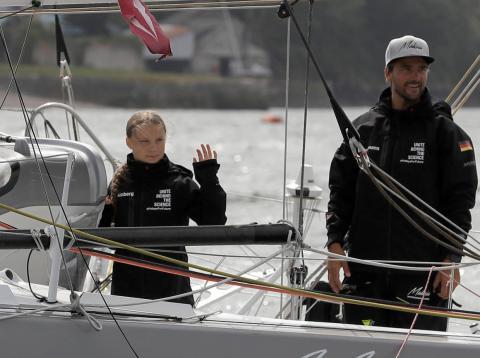Greta Thunberg y Boris Herrmann, patrón de la embarcación Malizia II, en Plymouth, Inglaterra, el miércoles 14 de agosto de 2019
