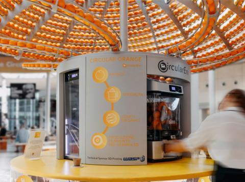 el estudio italiano Carlo Ratti para diseñar un exprimidor que convierte los residuos de cáscara de naranja en bioplásticos impresos en 3D.
