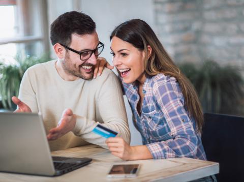 Gente feliz comprando en un ordenador