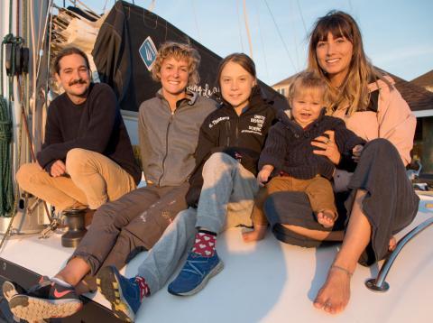 Greta Thunberg con la tripulación de Le Vagabonde, el catamarán con el que cruzará el Atlántico para asistir al COP25