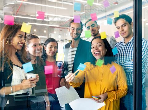 Millennials apuntando ideas de inversión.