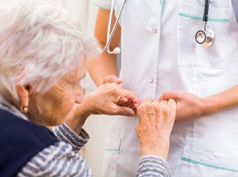 Mujer mayor siendo atendida por una enfermera