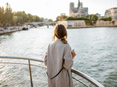 Mujer en pijama en un crucero.