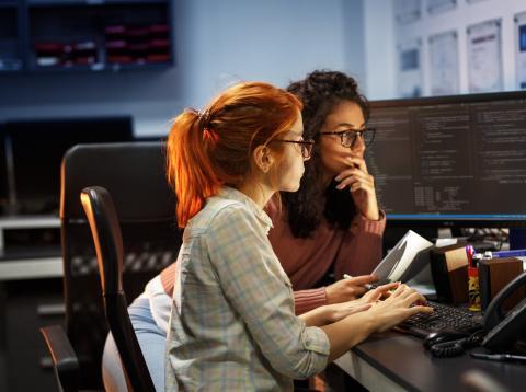 Mujeres desarrollando un código de programación.
