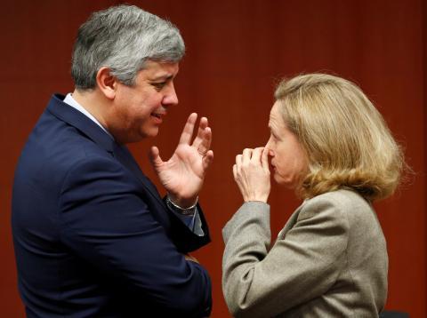 El presidente del Eurogrupo, Mário Centeno, y la ministra de Economía, Nadia Calviño, en una cumbre en Bruselas