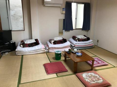 La habitación es la típica del estilo japonés ryokan.