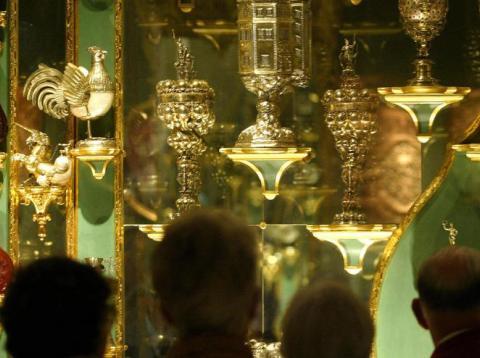 Los visitantes observan los tesoros de la colección de la Bóveda Verde del Museo del Palacio de Dresde.