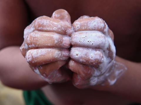 Lávate las manos al menos dos veces al día