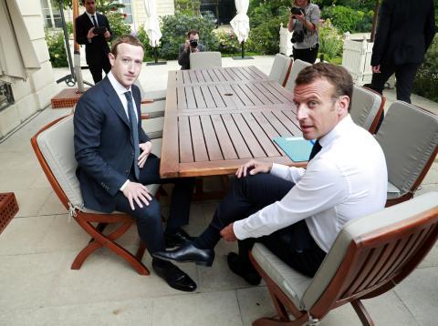 El CEO de Facebook, Mark Zuckerberg, y el presidente francés Emmanuel Macron, durante una reunión en París