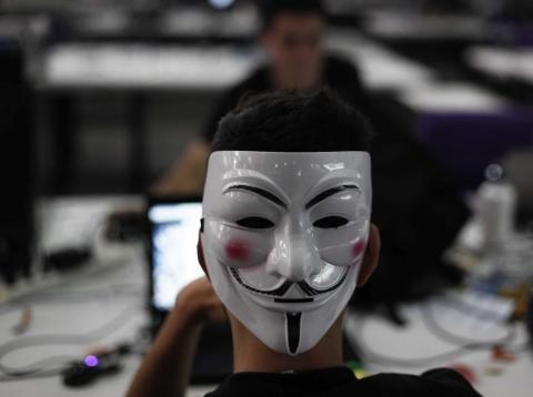 Un hombre con la máscara de Guay Fawkes navega por Internet en la Campus Party de Sao Paulo el 30 de enero de 2013