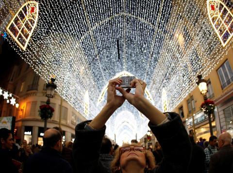 Mujer haciendo una foto a las luces de Navidad