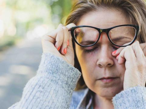 Mujer que lleva gafas llorando.