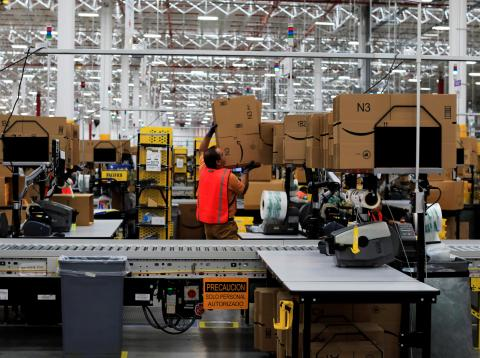 Un trabajador de Amazon en uno de sus almacenes en Ciudad de México