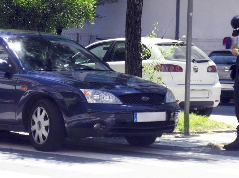 Guardia Civil de tráfico multando un coche