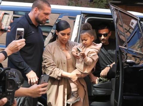 Kim Kardashian y su hija North West con el exguardaespaldas de Kardashian Pascal Duvier, un antiguo soldado del ejército alemán.