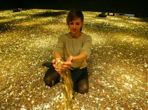 Una mujer sobre una montaña de dinero en monedas