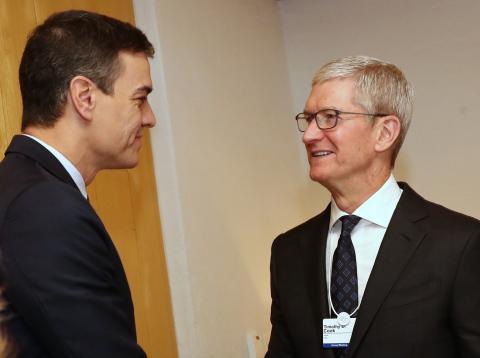 Pedro Sánchez y Tim Cook, en el Foro de Davos 2020