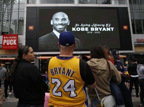 Personas homenajean a Kobe Bryant tras su fallecimiento.