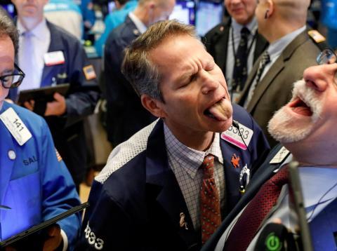 Traders bromean en Wall Street.