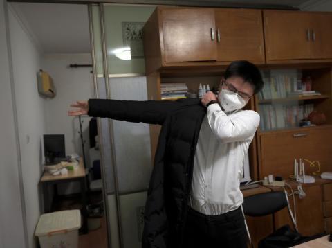 Un funcionario chino se prepara para volver a su trabajo tras las vacaciones del Año Nuevo Lunar