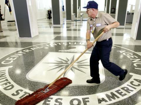Un limpiador sobre el logo de la CIA.