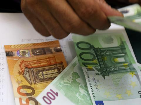 Una persona cuenta billetes de euros