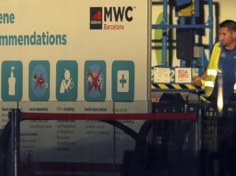 Trabajadores con los preparativos previos al MWC 2020