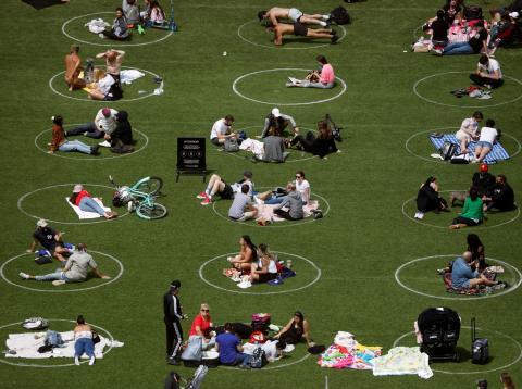 Círculos para mantener la distancia social en un parque de Brooklyn, en la ciudad de Nueva York (Estados Unidos)