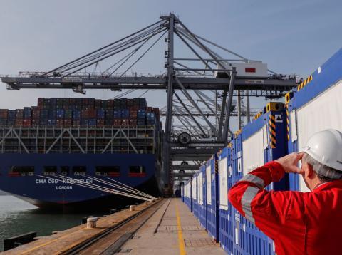 Un carguero listo para descargar su mercancía en el puerto de Southampton (Reino Unido)