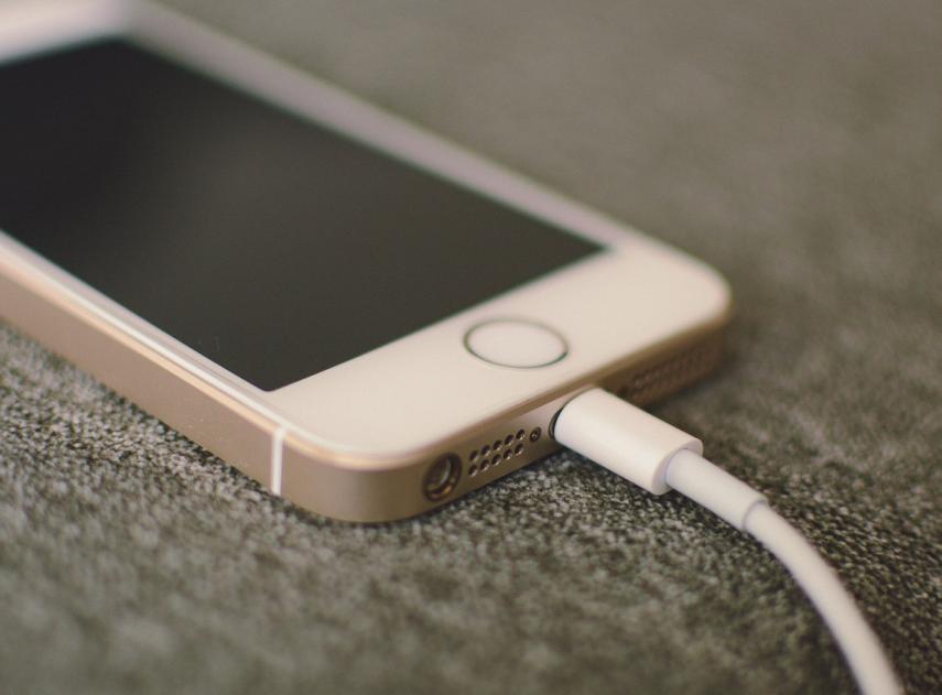 Dejar cargando el móvil durante la noche: ¿es bueno o malo?