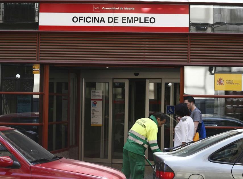 El paro baja en febrero en personas por los for Oficina de empleo madrid inem
