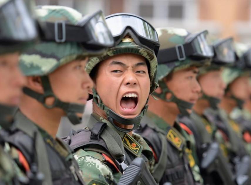 Así vigilan las empresas chinas las emociones de sus empleados con esta tecnología militar