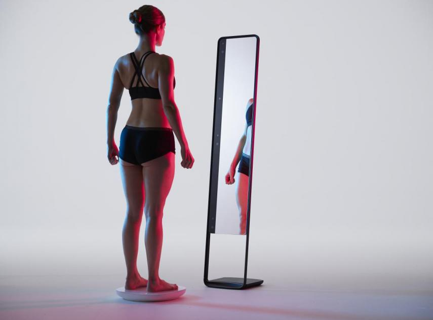 Esta báscula futurista inventada por unos emprendedores que funciona como un espejo mágico puede revolucionar el mundo del fitness