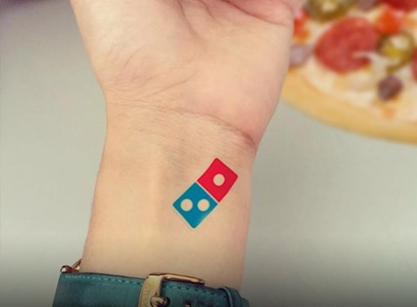 Domino's Pizza ofrece en Rusia 100 años de pizza gratis a los clientes que se tatúen el logo de la empresa y tiene que cancelar la promoción por exceso de participación