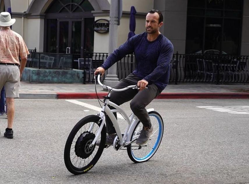Este pequeño accesorio convierte cualquier bicicleta en eléctrica en un minuto