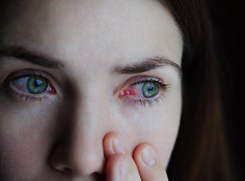 Por qué dormir poco puede convertirte en una persona solitaria y antisocial