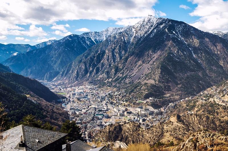 Montañas y el horizonte de Andorra la Vella y Escaldes Engordany.