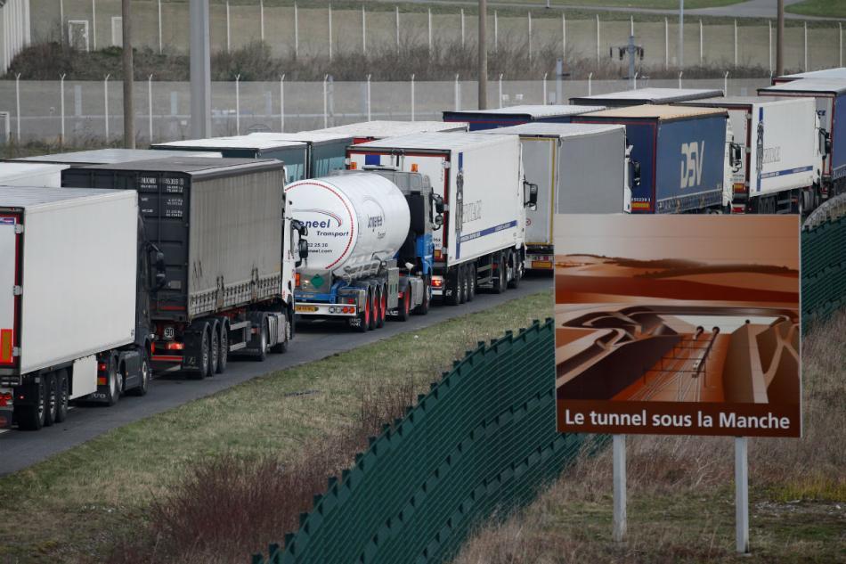 Camiones hacen cola en el Canal de la Mancha ante el aumento de controles en Reino Unido.