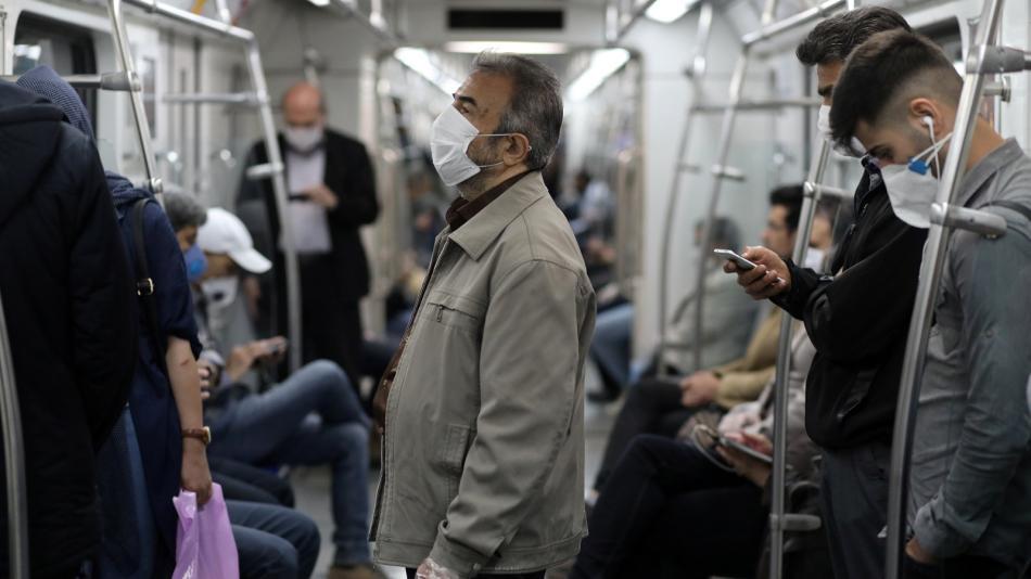 Ciudadanos iraníes en el metro de Teherán.