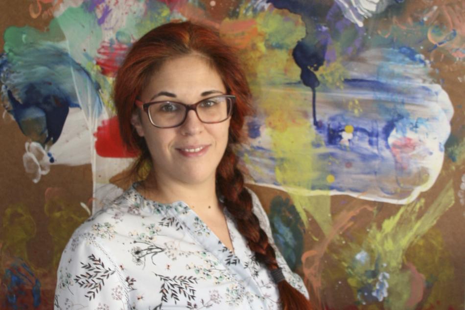 Rocío Silleras, doctora en Bellas Artes y parte del equipo de X-COV de una de sus pinturas de la serie Aquilea.