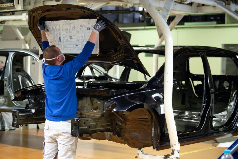 Un trabajador en la mayor fábrica de Volkswagen de Europa, en Wolfsburg, Alemania.