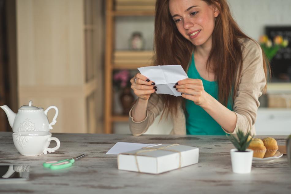 Mujer lee una tarjeta de regalo.