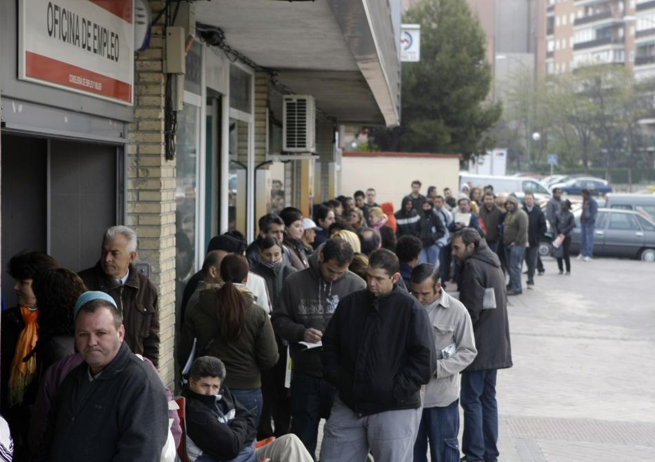 Una multitud de personas hacen cola ante una oficina de empleo, antes de la pandemia.
