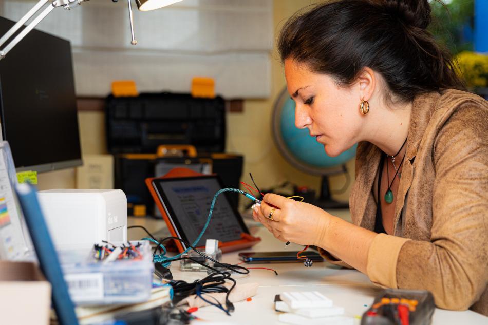 Judit Giró, CEO y fundadora de The Blue Box trabajando en el proyecto.