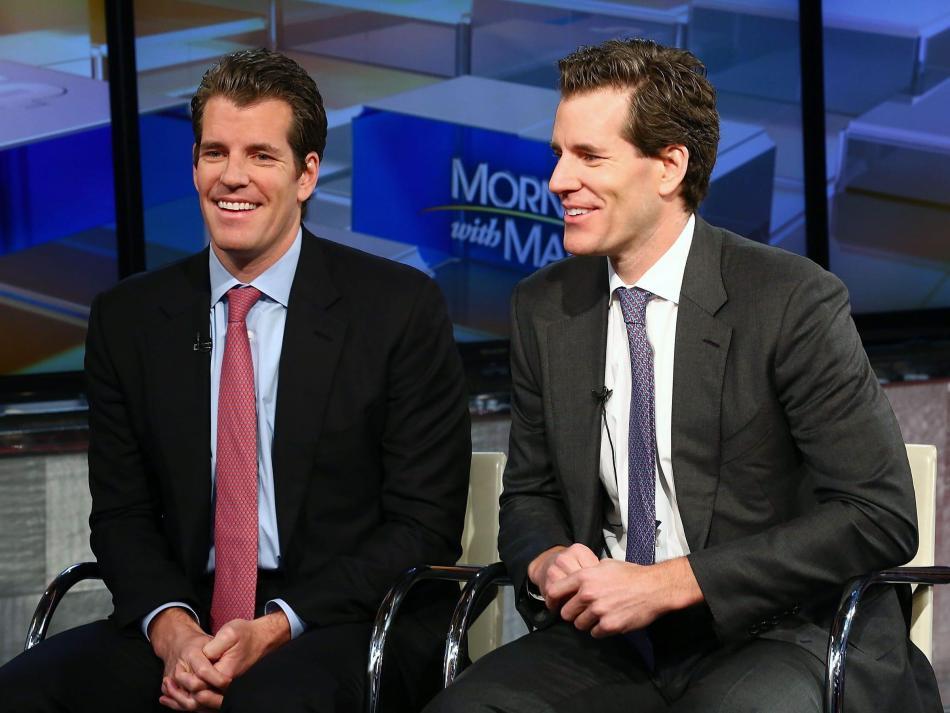 Los empresarios Tyler Winklevoss y Cameron Winklevoss, que se convirtieron en los primeros multimillonarios gracias a bitcoin en 2017.