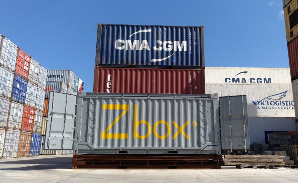 Un contenedor plegable Zbox, de Navlandis, en el área de carga de un puerto.