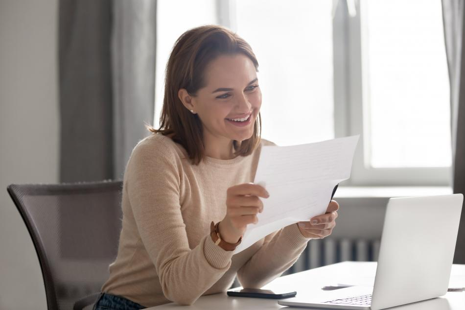 Mujer hace la declaración de la renta
