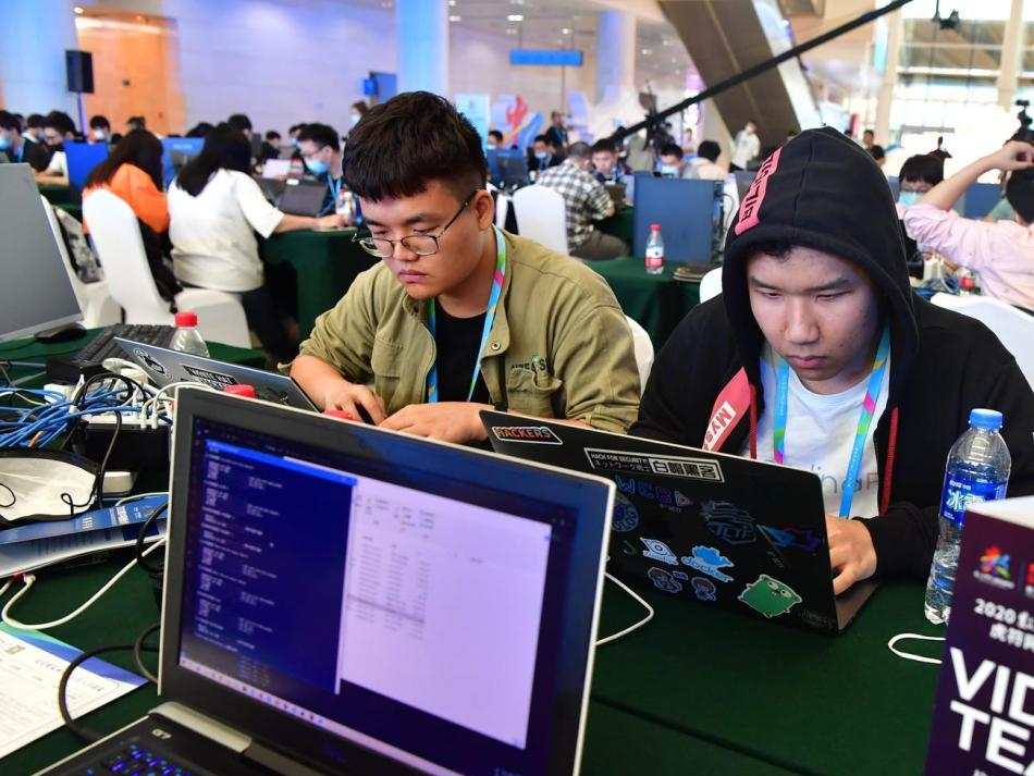 Estudiantes de seguridad informática en una universidad china durante una competición en 2020.