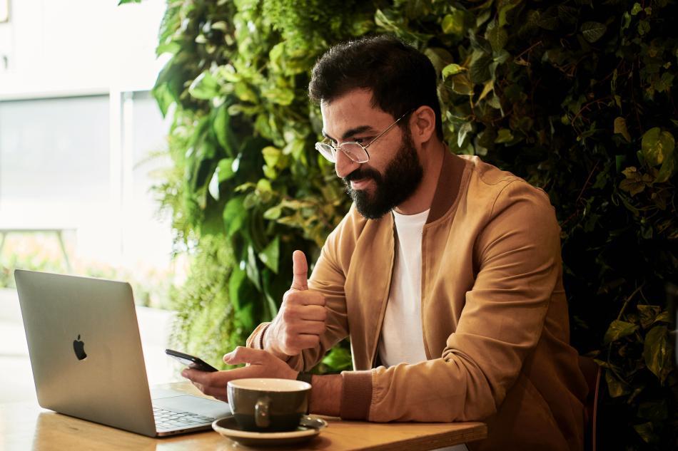 hombre con ordenador, freelance, trabajar desde casa